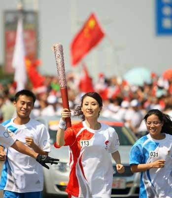5月12日,火炬手曹强在进行传递。当日,北京奥运会圣火在福建省厦门市传递。新华社记者邢广利摄