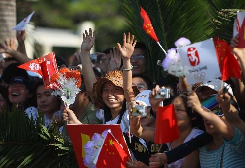 5月12日,群众沿途欢迎奥运圣火。当日,北京奥运会圣火在福建省厦门市传递。新华社记者邢广利摄