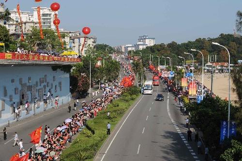 5月12日,火炬传递车队从厦门大学附近经过。当日,北京奥运会圣火在福建省厦门市传递。 新华社记者丁林摄