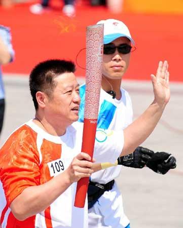 前乒乓球运动员郭跃华在进行传递