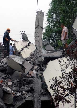 都江堰聚源中学垮塌众多学生被埋,死伤人数不详。
