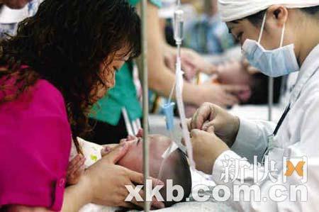 为预防EV71的传播,从5月9日起,广州市儿童医院为发热的儿童开设了独立的就诊区域。新快报记者 陈昆仑/摄