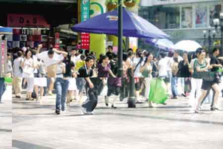 解放碑,地震发生时,众多市民从商场内向空旷地带撤离 本报记者 王雄 摄