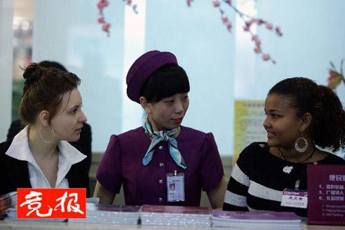 两位外籍志愿者同商城工作人员交流