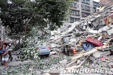5月12日,成都都江堰市一些车辆被埋在垮塌的废墟里。新华社记者 刘海 摄