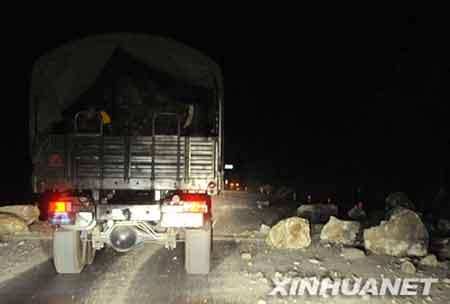 5月13日凌晨,记者在距离四川北川羌族自治县县城约10公里处因道路中断受阻,目前两边山体垮塌不断,响声隆隆。 新华社记者 陈燮 摄