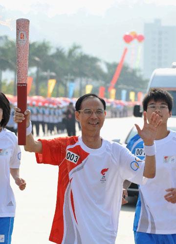 5月13日,火炬手章联生在进行传递。当日,北京奥运圣火传递活动在福建省龙岩市举行。新华社记者张国俊摄