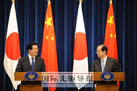 5月7日,胡锦涛在东京和福田康夫(右)在正式会谈后共同会见记者。 本报记者 黄敬文/摄