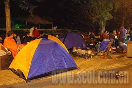 1点04分,成都市民在街边搭起帐篷过夜.