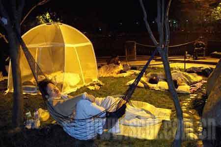1点57分,市民在锦里西路河边休息.