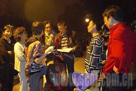 2点01分,市民聚集在一起讨论地震灾情.
