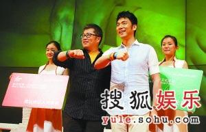 林依轮和小柯被佩戴上了代表志愿者的五色微笑圈