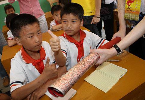 瑞金/火炬手向学生展示奥运火炬