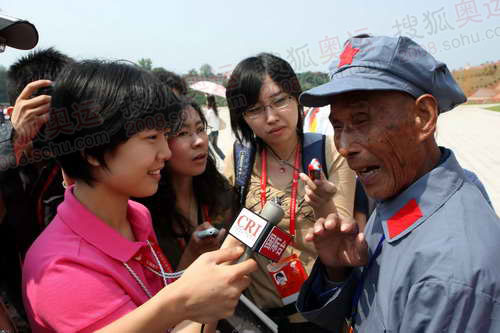 91岁的王汝申接受记者采访