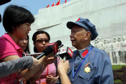 95岁高龄的刘家祁老人接受记者采访