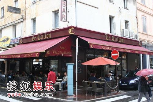 戛纳街边大大小小的咖啡厅更加忙碌