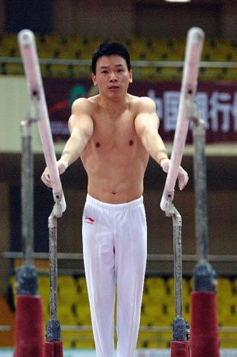图文:中国体操队备战世界杯 黄旭进行双杠练习