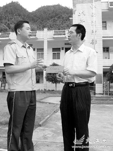 刘豪(左)代表大队给大井小学送去助学金