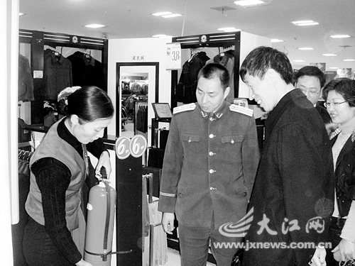 郭光阳(左二)在检查消防安全