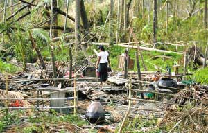 风暴过后的村庄变成一片废墟。