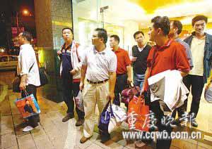 从都江堰灾区返回的首批游客平安到达重庆 记者 钱波 摄