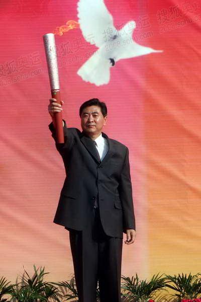 3北京奥组委火炬接力中心副主任刘宝杰展示火炬.JPG