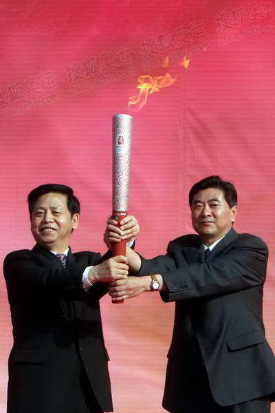 4刘宝杰将祥云火炬移交给江西省委副书记王宪魁.JPG