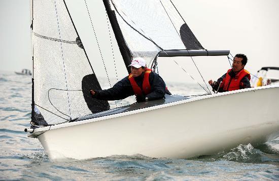 图文:青岛国际残帆赛第三日 中国号安全归航