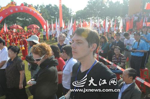 在叶坪红军广场,到处可见弘扬奥运精神支持抗震救灾的标语。今天起跑前全体为四川遇难同胞默哀一分钟。(记者 朱正 摄)