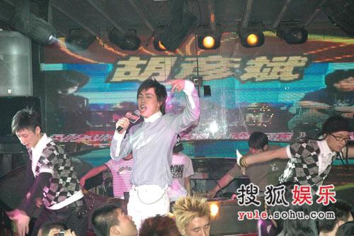 胡彦斌舞台上劲歌热舞