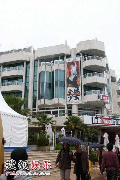 图:搜狐娱乐报道团抵达戛纳 电影海报随处可见