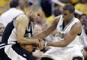 图文:[NBA]马刺VS黄蜂 保罗帕克拼抢