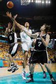 图文:[NBA]马刺VS黄蜂 钱德勒上篮