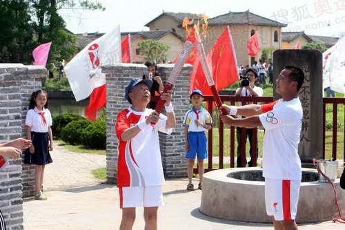刘家祁老人(左)交接火炬 李威摄