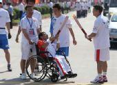 组图:奥运圣火传递瑞金站 轮椅上的火炬传递