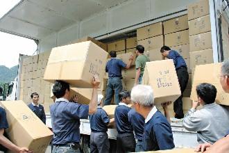 慈济基金会首批运往四川的救援物资,在内湖联络处装箱上货柜,这批由保特瓶制成的赈灾毛毯总计3040箱,重60吨,由17辆货车运往机场。