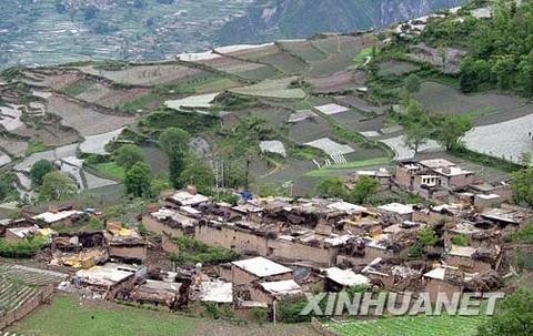这是5月14日航拍的地震后汶川县农舍