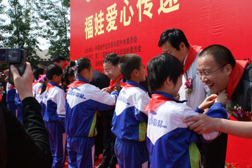 福娃传情 陶行知小学的孩子们为领导佩戴红领巾