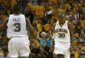 图文:[NBA]马刺VS黄蜂 韦斯特庆祝得分