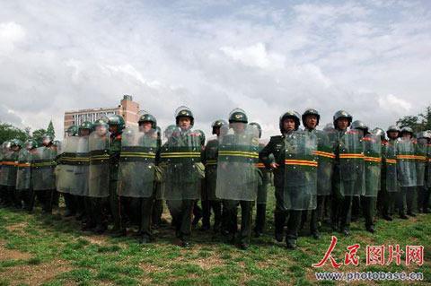 5月10日,武警战士组成处突人墙演练。
