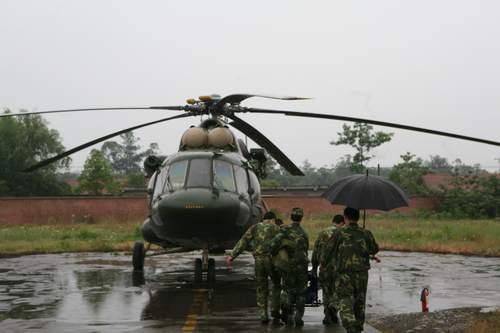 中国移动应急通信物资装上直升机