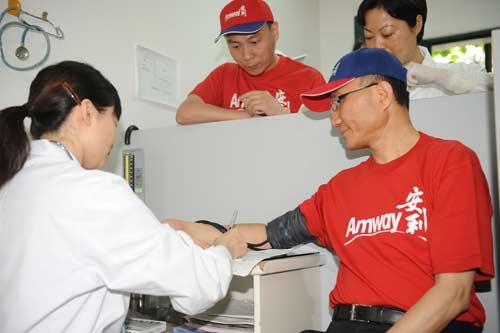安利(中国)副总裁张明德赶赴成都捐款并向灾区人民献