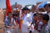 图文:瑞金当地小学生争相抚摩奥运火炬