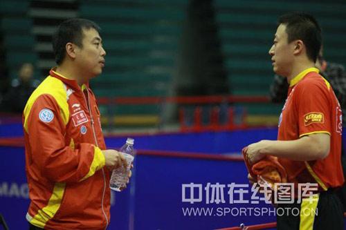 图文:中国男乒3-1中国台北 刘国梁指导马琳