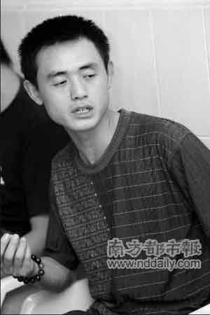 在医院,儿子患上手足口病的李先生眼里含着泪花。