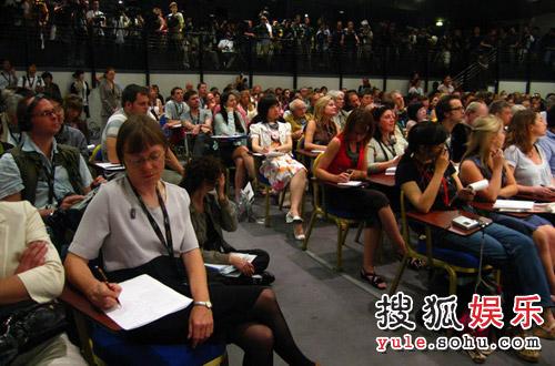 不同皮肤不同语言的媒体记者齐聚戛纳电影节组委会首次记者会