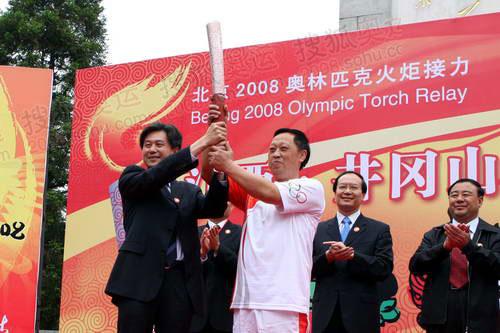 井冈山市委书记王晓峰与首棒周和春共举火炬
