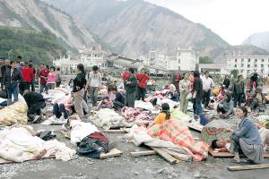 5月14日,汶川县映秀镇的受伤群众在等待救援。 新华社发
