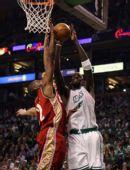 图文:[NBA]凯尔特人VS骑士 加内特遭遇封盖