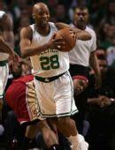 图文:[NBA]凯尔特人VS骑士 卡塞尔奋力拼抢